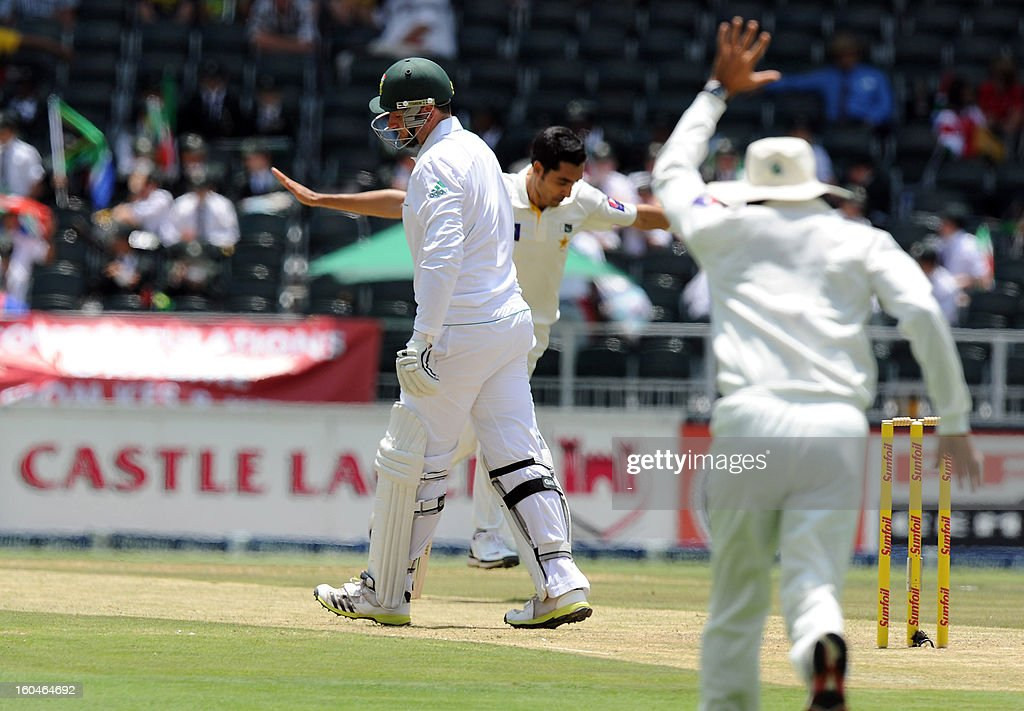 Pakistan bowler Umar Gul (C) celebrates the wicket of South African captain batsman Graeme Smith on February 1, 2013 during the first Test at Wanderers Stadium in Johannesburg.