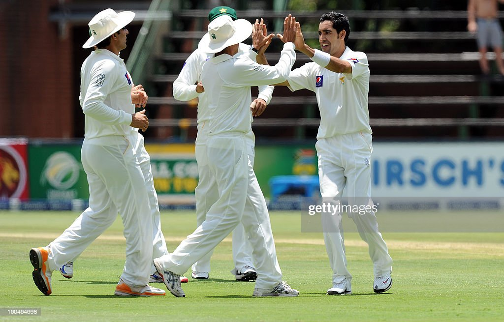 Pakistan bowler Umar Gul (R) celebrates the wicket of South African captain batsman Graeme Smith on February 1, 2013 during the first Test at Wanderers Stadium in Johannesburg. AFP PHOTO / STRINGER