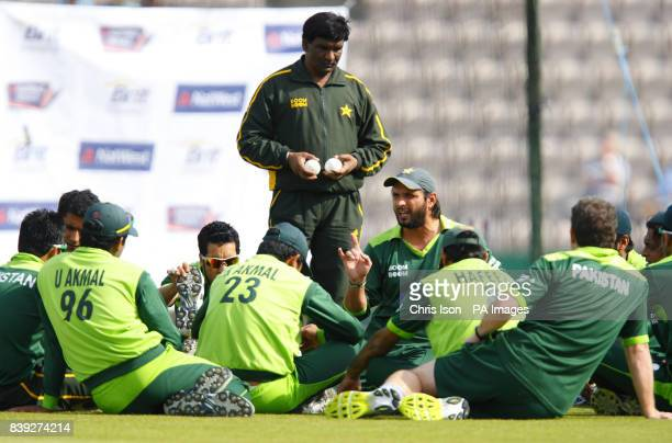 Pakistan captain Shahid Afridi talks to his players before the fifth one day international at The Rose Bowl Southampton