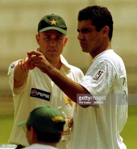 Pakistan coach Richard Pybus talks with captain Waqar Younis during a nets session