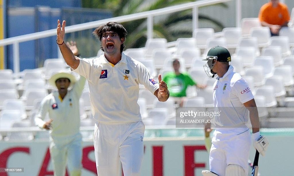 Pakistan cricketer Muhammad Irfan unsessfuly appeals on South African cricketer Alviro Petersen on day four of the second test between South Africa and Pakistan in Cape Town at Newlands on February 17, 2013.