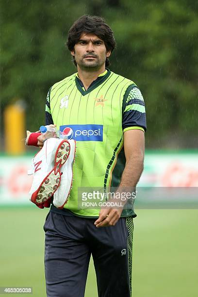 Pakistan fast bowler Mohammad Irfan attends a team training session ahead of their 2015 Cricket World Cup match against South Africa at Eden Park in...