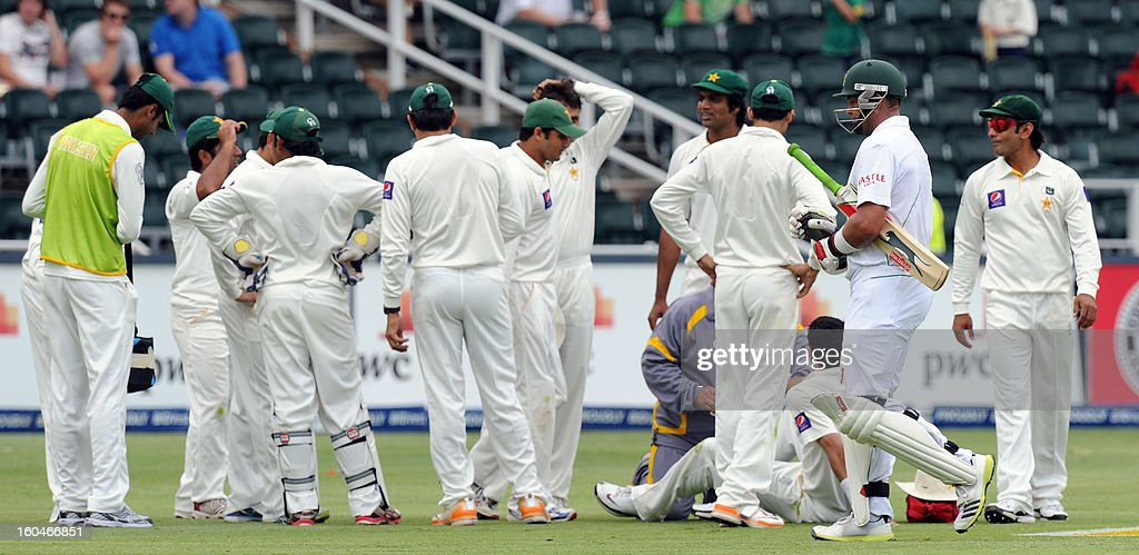 Pakistan players celebrate the wicket of South Africa's Jacques Kallis on February 1, 2013 during the first Test at Wanderers Stadium in Johannesburg. PHOTO / STRINGER