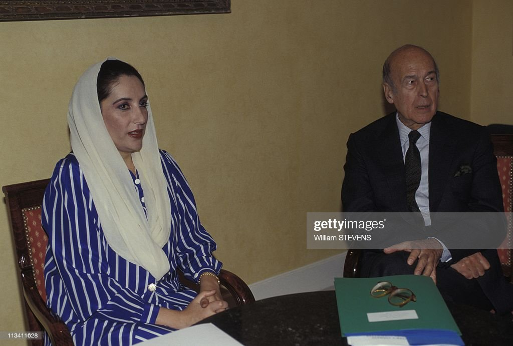Pakistan Prime Minister <a gi-track='captionPersonalityLinkClicked' href=/galleries/search?phrase=Benazir+Bhutto&family=editorial&specificpeople=202012 ng-click='$event.stopPropagation()'>Benazir Bhutto</a> On State Visit On 1994.