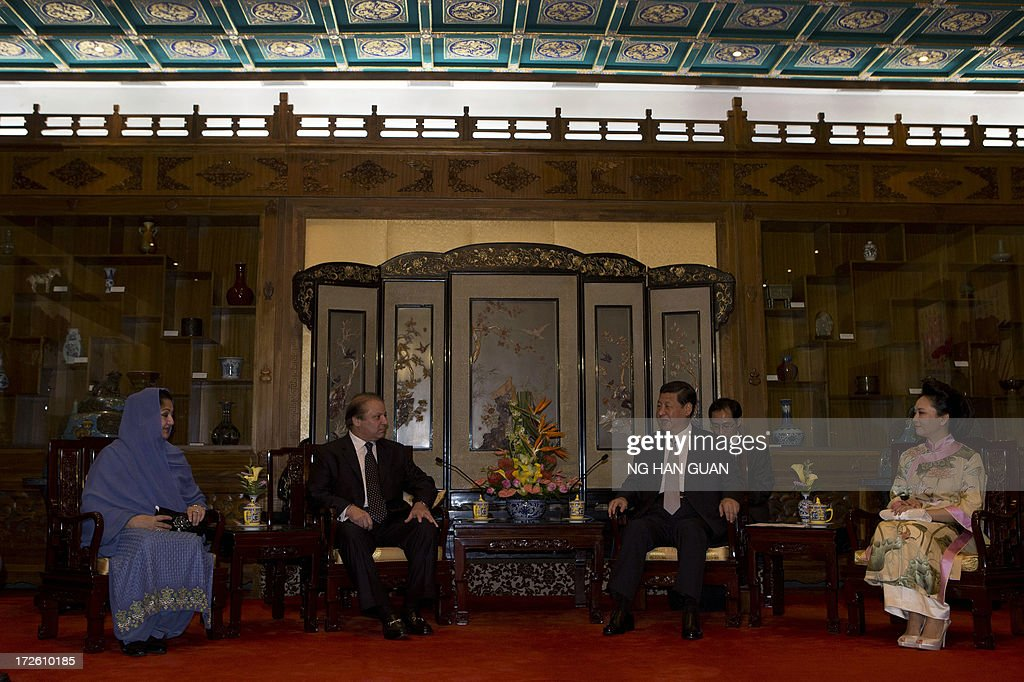 Pakistan Prime Minister Nawaz Sharif (2nd L) talks to Chinese President Xi Jinping (2nd R) as their wives, Pakistan First Lady Begum Kulsoom Nawaz Sharif (L) and Chinese first lady Peng Liyuan (R) sit during a meeting at the Diaoyutai State guest house in Beijing on July 4, 2013. Pakistan Prime Minister Nawaz Sharif started his first foreign visit since his May election in China on July 4 looking to secure infrastructure projects to tackle a chronic energy crisis and economic malaise. AFP PHOTO / NG HAN GUAN / POOL