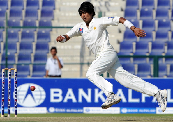 Pakistani bowler Mohammad Sami tries to : News Photo