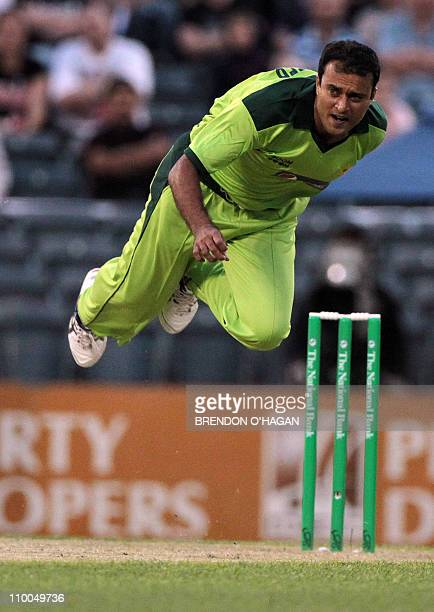 Pakistani bowler Tanvir Ahmed sends down a delivery against New Zealand during their third Twenty20 international cricket match at the AMI Stadium in...