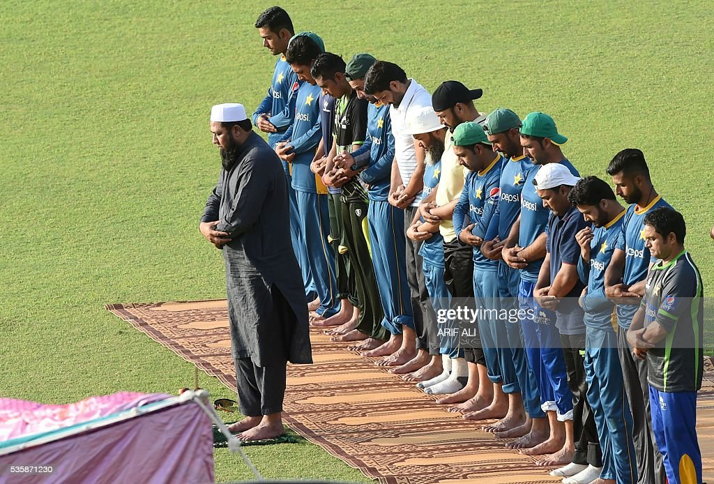 Pakistani chief selector Inzamam-ul-Haq (L) leads noon prayers with team cricket players during a training camp at The Gaddafi Cricket Stadium in Lahore on May 30, 2016. Pakistan will tour England from June 18 for four Tests, five one-day internationals and a lone Twenty20 international. / AFP / ARIF ALI