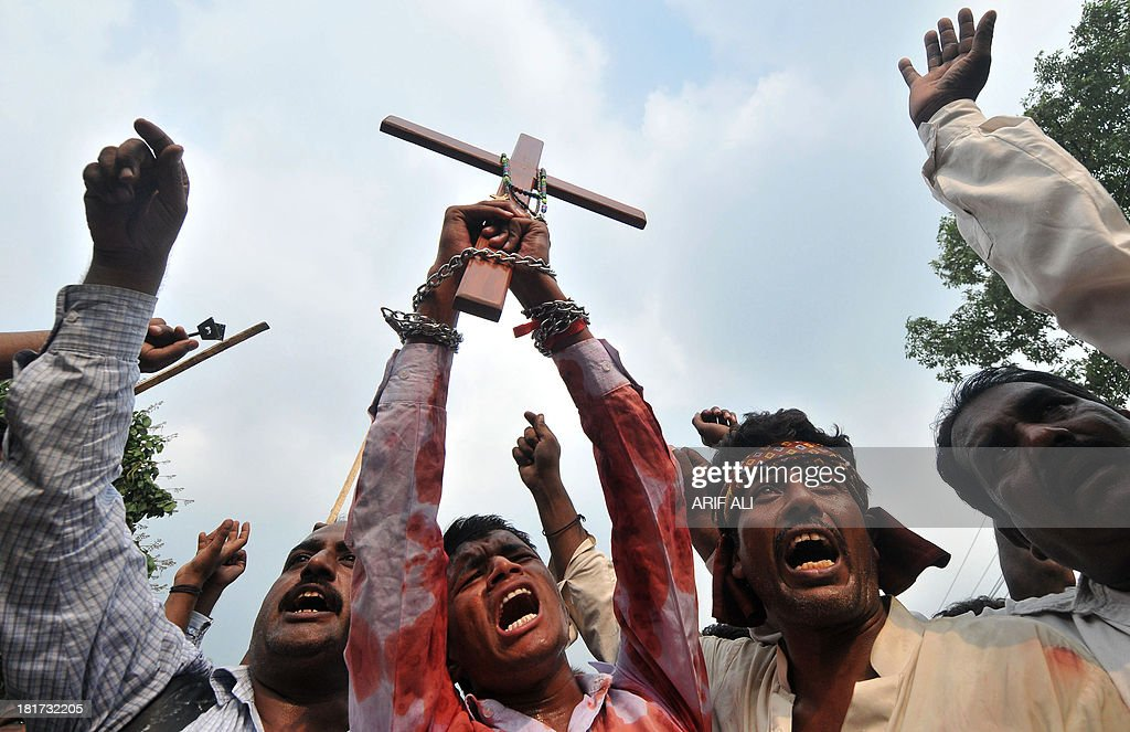 Pakistani Christian's protest in Lahore on September 24, 2013, against the suicide bombing of a church in Peshawar. A devastating double suicide attack on a church in northwest Pakistan has triggered fears among the country's beleaguered Christian community that they will be targeted in a fresh wave of Islamist violence. AFP PHOTO/Arif ALI
