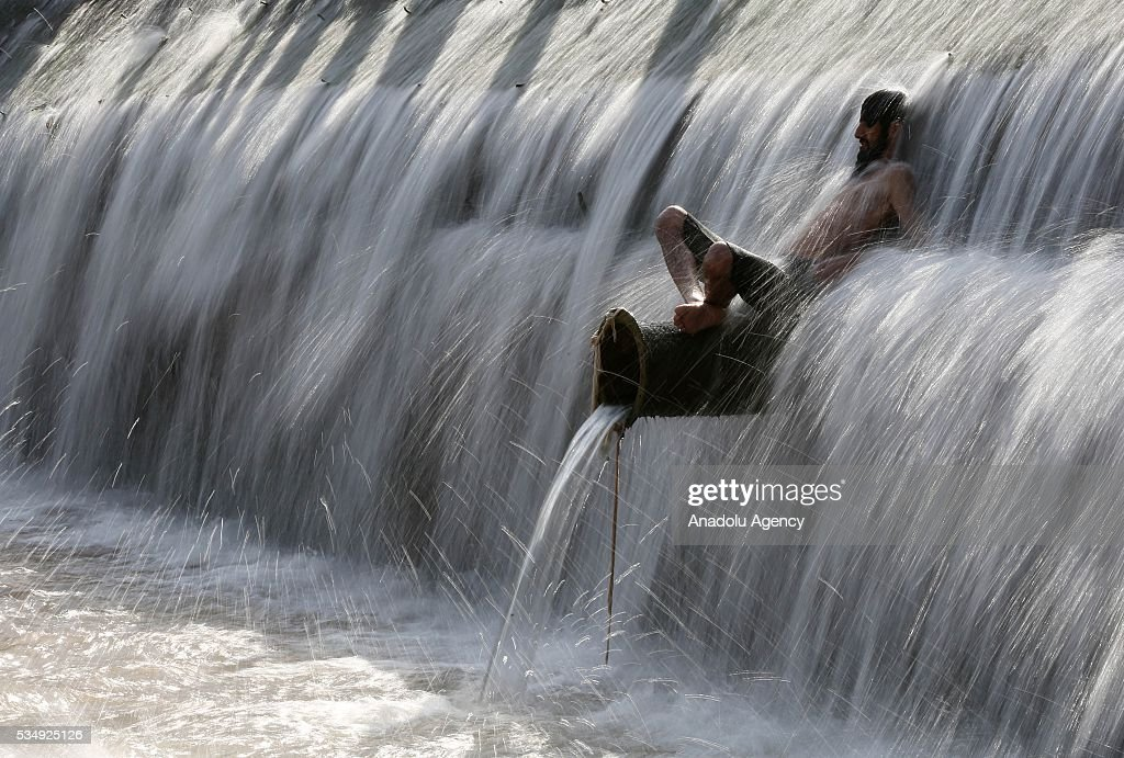 A Pakistani cools himself in the water during hot weather on the outskirts of Islamabad, Pakistan on May 28, 2016.