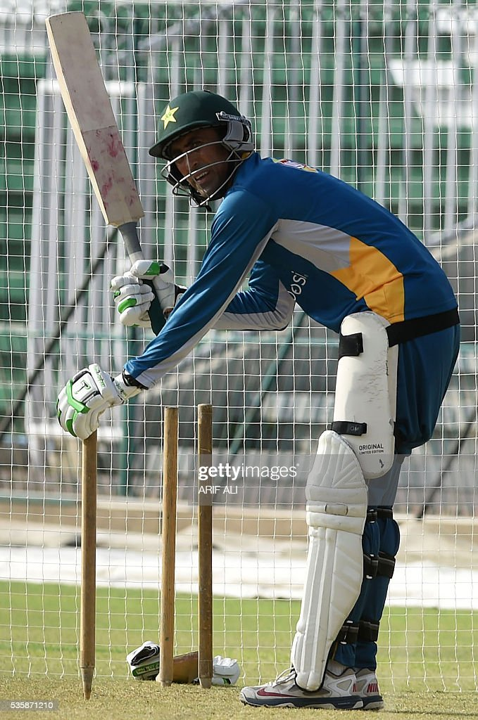 Pakistani cricketer Younis Khan prepares to bat during a training camp at the Gaddafi Cricket Stadium in Lahore on May 30, 2016. Pakistan will tour England from June 18 for four Tests, five one-day internationals and a lone Twenty20 international. / AFP / ARIF ALI