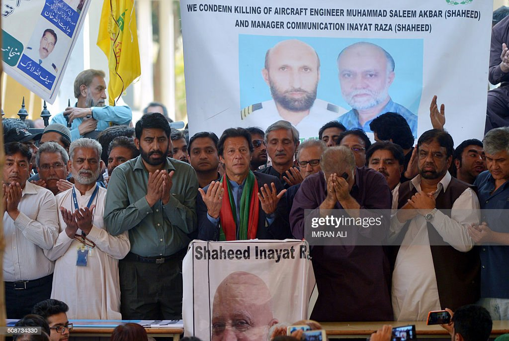 Pakistani cricketer-turned-opposition leader Imran Khan (C) prays along with employees of the Pakistan International Airline (PIA) in Karachi on February 6, 2016 for victims killed in a clash with security forces during protest strike. Pakistani police will investigate five officials, including a former adviser to Prime Minister Nawaz Sharif, for murder after two airline employees were shot dead during a protest against privatisation. AFP PHOTO / IMRAN ALI / AFP / IMRAN ALI