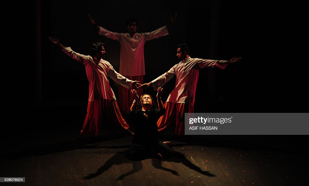 Pakistani dancers perform on the 'World Dance Day' at the Alliance Francaise in Karachi on April 29, 2016. / AFP / ASIF