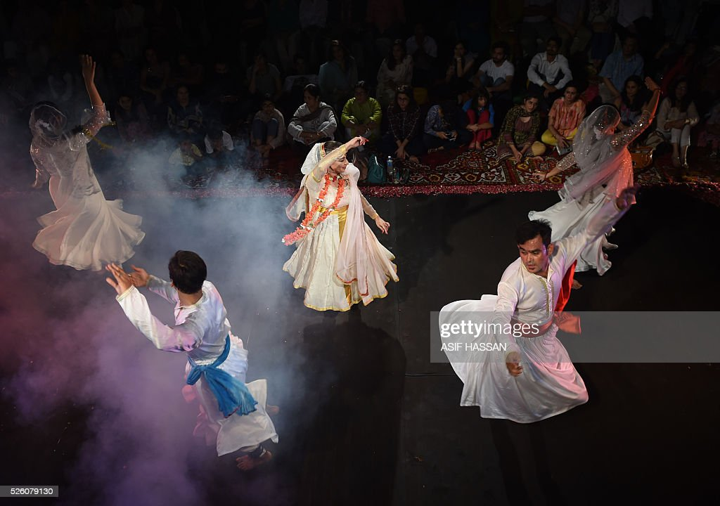 Pakistani famous classical dancer Sheema Kirmani (C) performs with her group on the evening of the 'World Dance Day' at the Alliance Francaise in Karachi on April 29, 2016. / AFP / ASIF