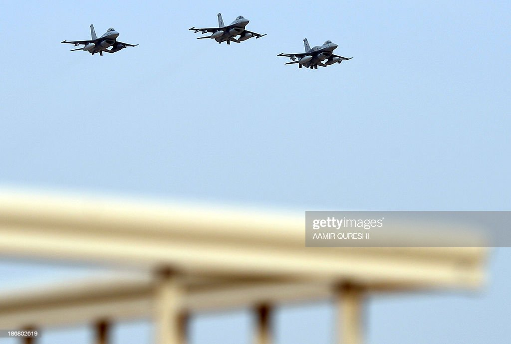Pakistani fighters F-16 take part in a fly past on November 4, 2013 during in the Azm-e-Nau-4' (New Resolve) military exercise in Khairpure Tamay Wali in Bahawalpur district. Pakistani Prime Minister Nawaz Sharif on November 4 warned peace could not be achieved 'by unleashing senseless force', in his first public speech since a US drone strike killed Taliban leader Hakimullah Mehsud. AFP PHOTO / Aamir QURESHI