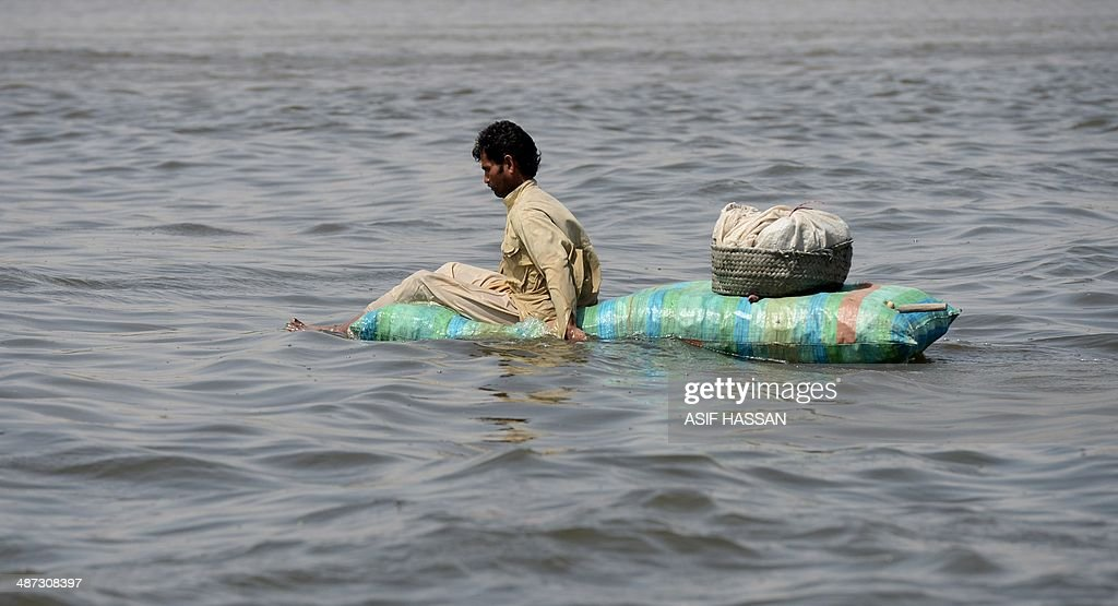 A Pakistani fisherman returns to shore after catching prawns in Karachi on April 29, 2014. With a coastline stretching some 814 kms, fishing provides a livelihood for those living in parts of Pakistan's southern provinces of Sindh and Balochistan. AFP PHOTO/Asif HASSAN
