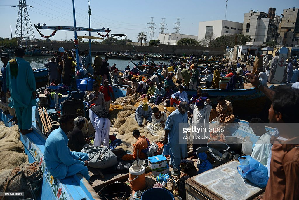 Pakistani fishermen make preparations before setting out to fish in the Arabian sea in Karachi on March 2, 2013. The European Union is to resume imports of seafood from Pakistan, officials said, ending a six-year suspension imposed over hygiene fears. AFP PHOTO/Asif HASSAN