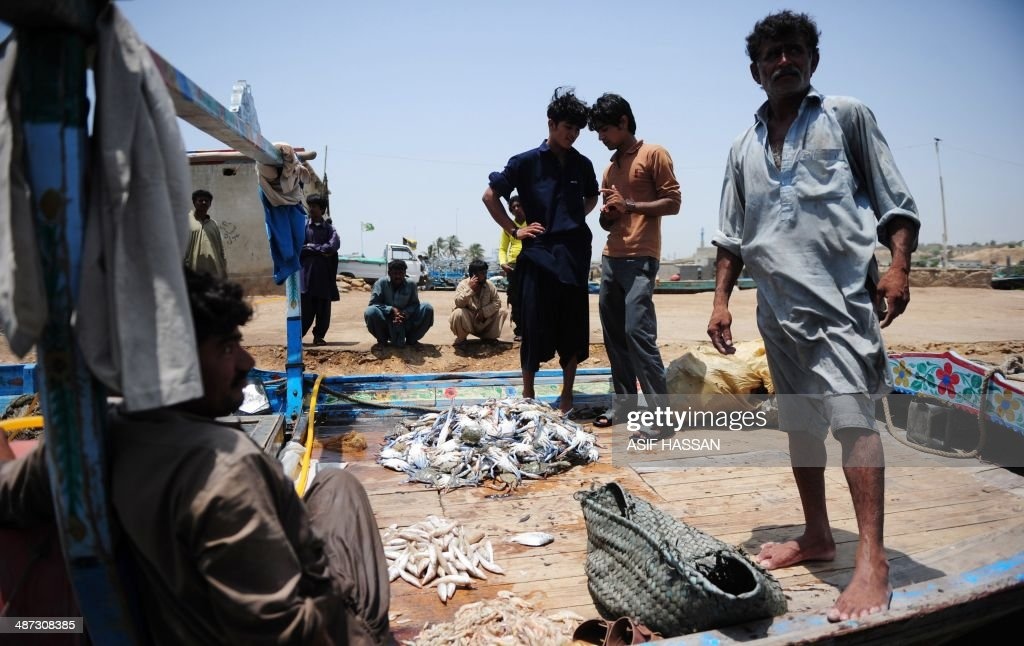 Pakistani fishermen return after fishing in Karachi on April 29, 2014. With a coastline stretching some 814 kms, fishing provides a livelihood for those living in parts of Pakistan's southern provinces of Sindh and Balochistan. AFP PHOTO/Asif HASSAN