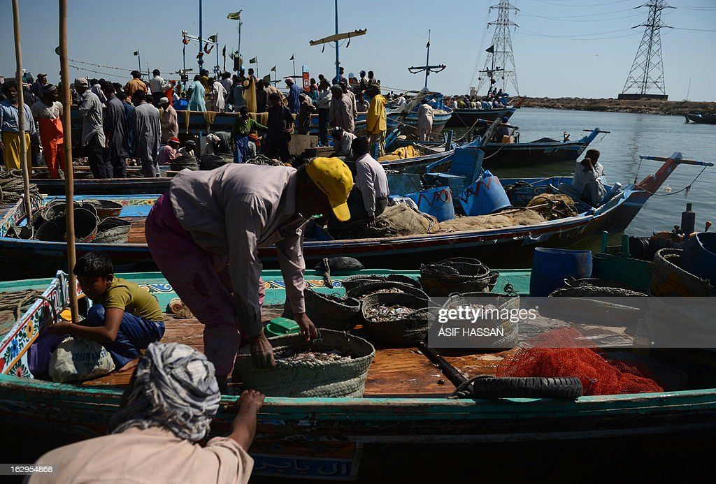 Pakistani fishermen unload their catch on returning to port after fishing in the Arabian sea in Karachi on March 2, 2013. The European Union is to resume imports of seafood from Pakistan, officials said, ending a six-year suspension imposed over hygiene fears. AFP PHOTO/Asif HASSAN