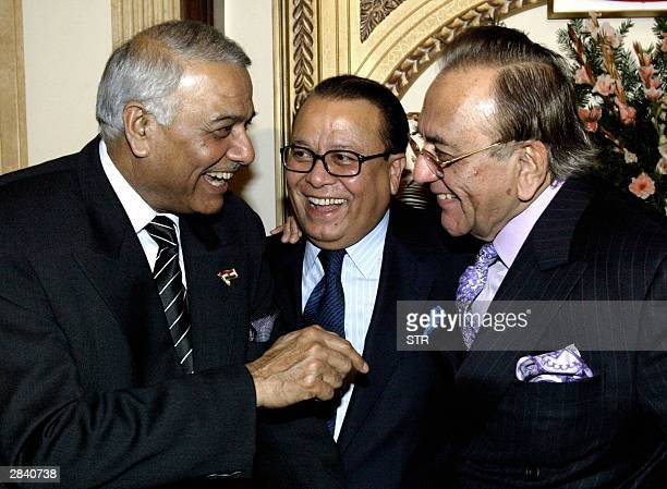 Pakistani Foreign Minister Khurshid Mahmud Kasuri and Indian Foreign Minister Yashwant Sinha share a light moment with their Bangladeshi counterpart...