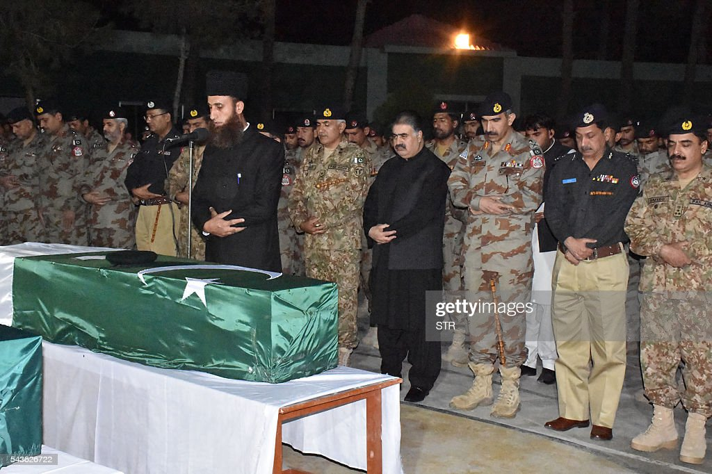 Pakistani government and security officials offer funeral prayers for soldiers who were killed during an attack by gunmen in Quetta on June 29, 2016. Gunmen on a motorcycle killed four paramilitary soldiers in the southwestern Pakistani city of Quetta on June 29, a day after four policemen were killed, officials said. / AFP / STR