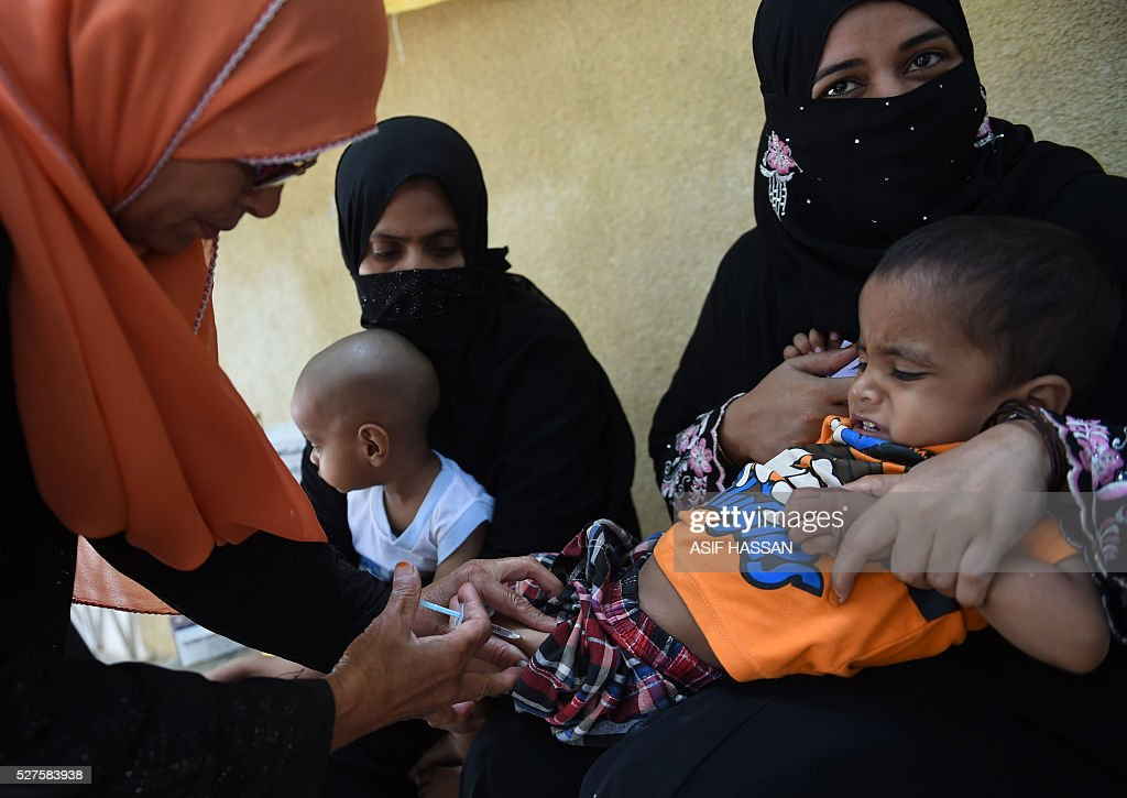 A Pakistani health worker administers the Inactivated Polio Vaccine (IPV) to a child in Karachi on May 3, 2016. Pakistan is one of only three countries in the world where polio remains endemic but years of efforts to stamp it out have been badly hit by reluctance from parents, opposition from militants and attacks on immunisation teams. / AFP / ASIF
