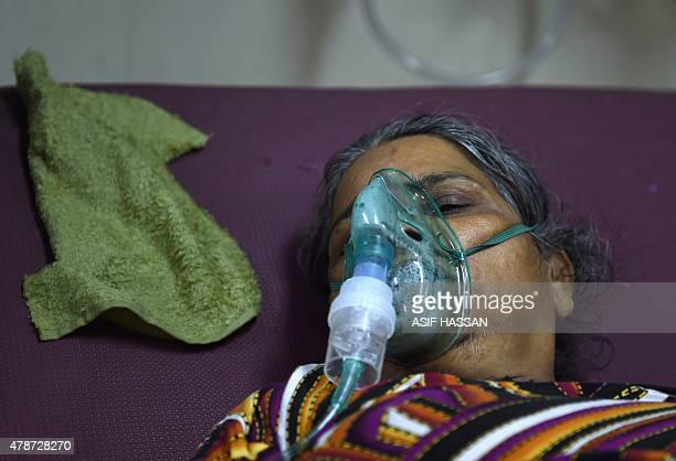 A Pakistani heatstroke victim is treated at a government hospital in Karachi on June 27 2015 More than 1000 people have died as a result of days of...