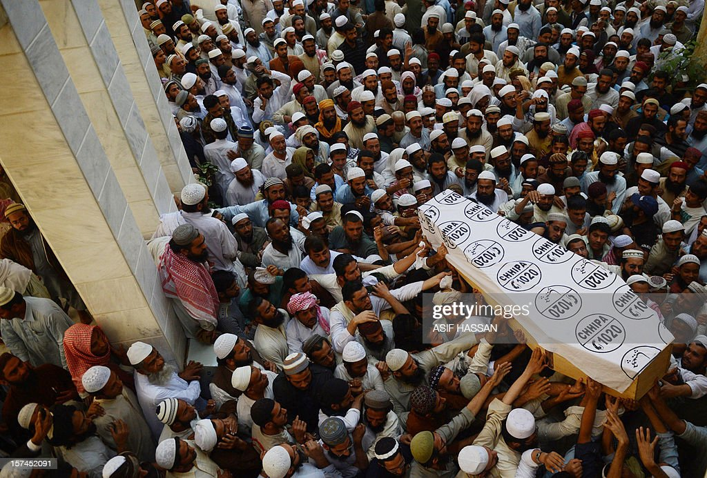 Pakistani Islamic seminary students carry the coffin of cleric Mufti Ismail, who was killed by gumen, during his funeral in Karachi on December 3, 2012. Unidentified gunmen have shot dead a senior cleric of a prominent Islamic seminary in the Pakistani city of Karachi, in what police say could be sectarian attack. AFP PHOTO/Asif HASSAN