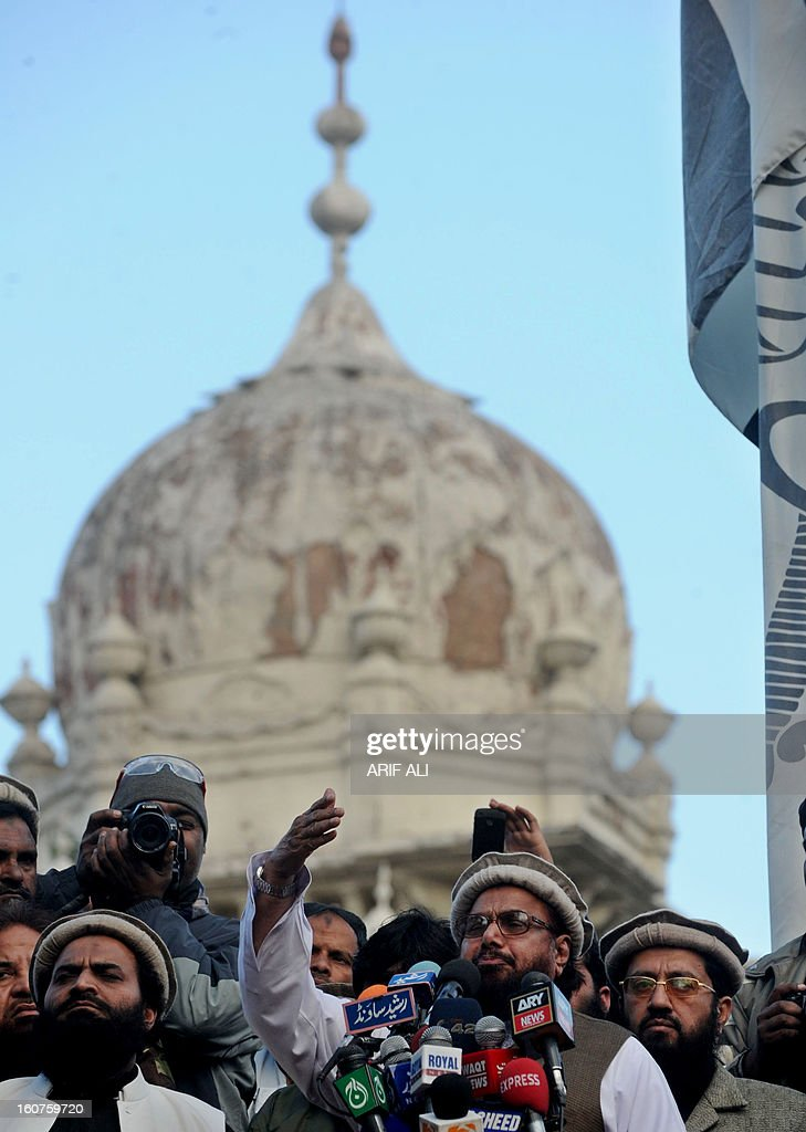 Pakistani, Jamaat-udDawa (JuD) chief Hafiz Saeed (C) addresses a rally to mark a Kashmir Solidarity Day in Lahoreon February 5, 2013. Pakistan observed Kashmir Solidarity Day on February 5, to denounce Indian rule in the disputed Himalayan region claimed in whole by both countries. AFP PHOTO/Arif ALI