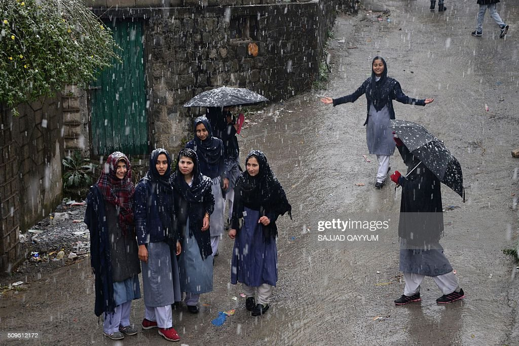 Pakistani Kashmir female students come out from their school under snow fall in Muzaffarabad, the capital of Pakistan-administered Kashmir, on February 11, 2016. AFP PHOTO / SAJJAD QAYYUM / AFP / SAJJAD QAYYUM