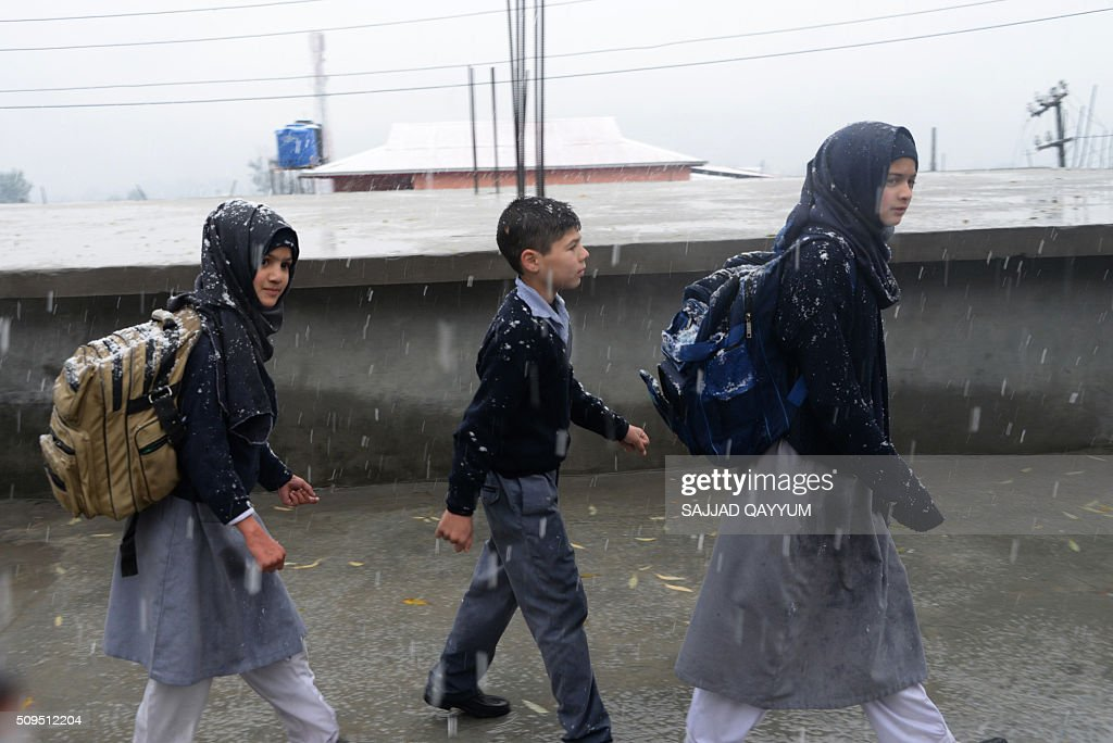Pakistani Kashmir students come out from their school under snow fall in Muzaffarabad, the capital of Pakistan-administered Kashmir, on February 11, 2016. AFP PHOTO / SAJJAD QAYYUM / AFP / SAJJAD QAYYUM