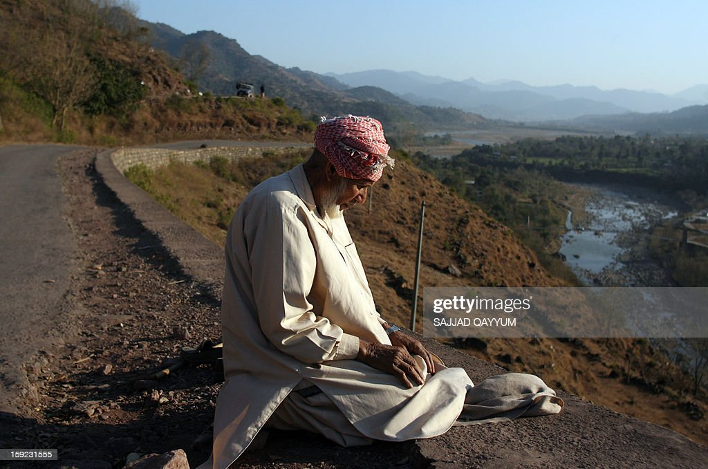 A Pakistani Kashmiri prays towards Mecca on a roadside which leads to the town of Titrinot, some 30 kilometers north of Battal sector close of Pakistan-India border, on January 10, 2013. Pakistan on January 10 accused Indian troops of opening fire and killing a Pakistani soldier, the third deadly cross-border incident in days that threatens to escalate tensions in Kashmir. The Pakistan military said the incident happened in the Battal area of the disputed Himalayan region, where a ceasefire has held on heavily militarised Line of Control since 2003, despite violations on both sides. AFP PHOTO/Sajjad QAYYUM