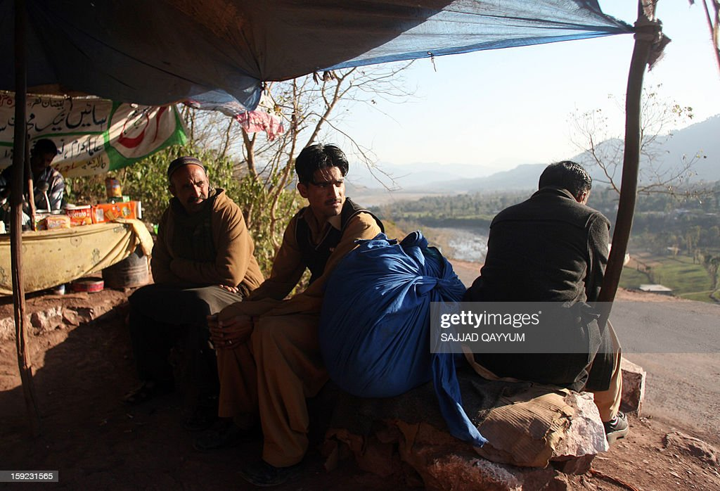 Pakistani Kashmiris wait for transportation heading to the town of Titrinot, some 30 kilometers north of Battal sector close of Pakistan-India border, on January 10, 2013. Pakistan on January 10 accused Indian troops of opening fire and killing a Pakistani soldier, the third deadly cross-border incident in days that threatens to escalate tensions in Kashmir. The Pakistan military said the incident happened in the Battal area of the disputed Himalayan region, where a ceasefire has held on heavily militarised Line of Control since 2003, despite violations on both sides. AFP PHOTO/Sajjad QAYYUM