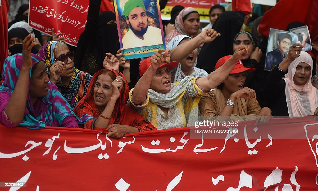 Pakistani labour rights activists shout slogans and wave placards as they march during a rally in Karachi on May 1, 2016, on International Labour Day or May Day. / AFP / RIZWAN