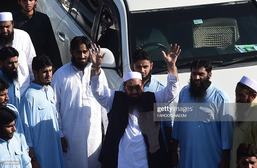 Pakistani leader of the Jamaat-ud-Dawa political organisation Hafiz Saeed (C) waves to suppoerters during a rally in support of the government of Saudi Arabia regarding the situation in Yemen near the presidency in Islamabad on April 9, 2015. Saudi Arabia has pressed Pakistan, a close and longstanding ally, to join its coalition against the Huthis in Yemen but Islamabad has so far resisted. AFP PHOTO / Farooq NAEEM