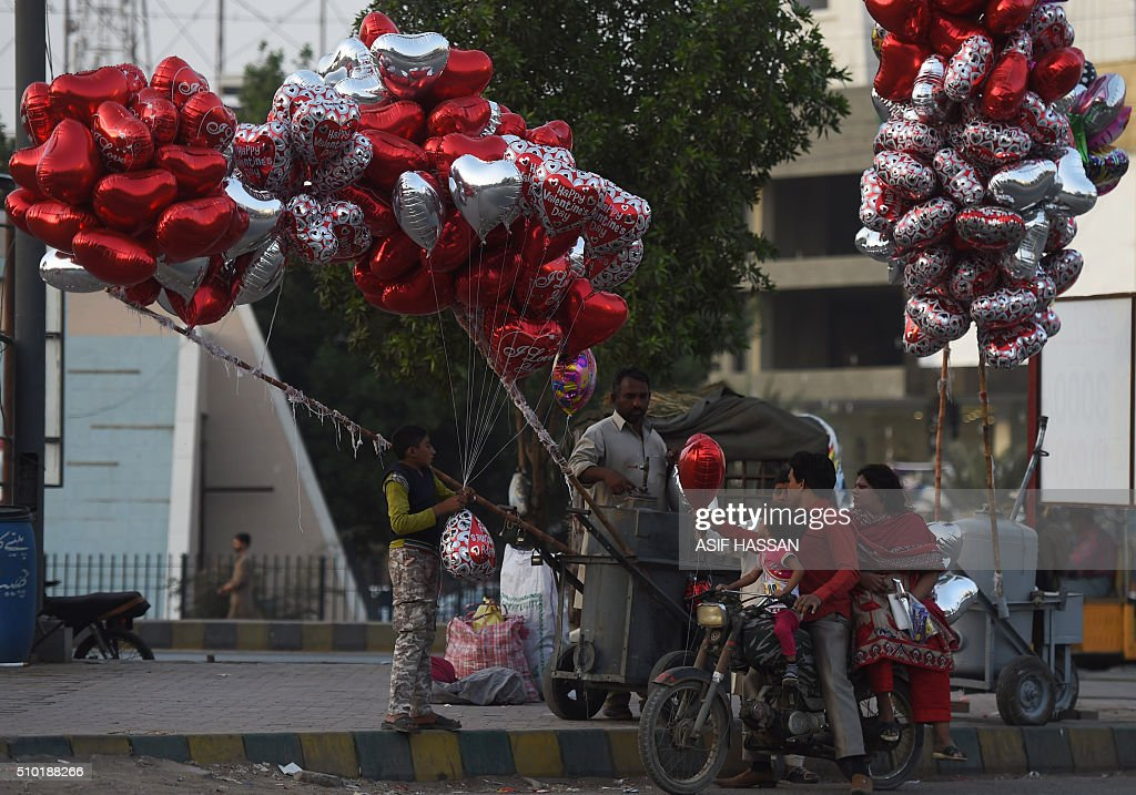 A Pakistani man buys balloons for his family on Valentine's Day in Karachi on February 14, 2016. AFP PHOTO / Asif HASSAN / AFP / ASIF HASSAN