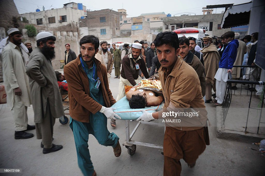 Pakistani medical workers shift an injured bomb blast victim to a hospital in Peshawar on February 1, 2013, after an explosion outside a Shiite Muslim mosque in Hangu. A suicide bomber targeted a Shiite Muslim mosque in northwest Pakistan on Friday, killing 21 people and wounding up to 50 as worshippers poured out of weekly prayers, officials said. AFP PHOTO/A MAJEED