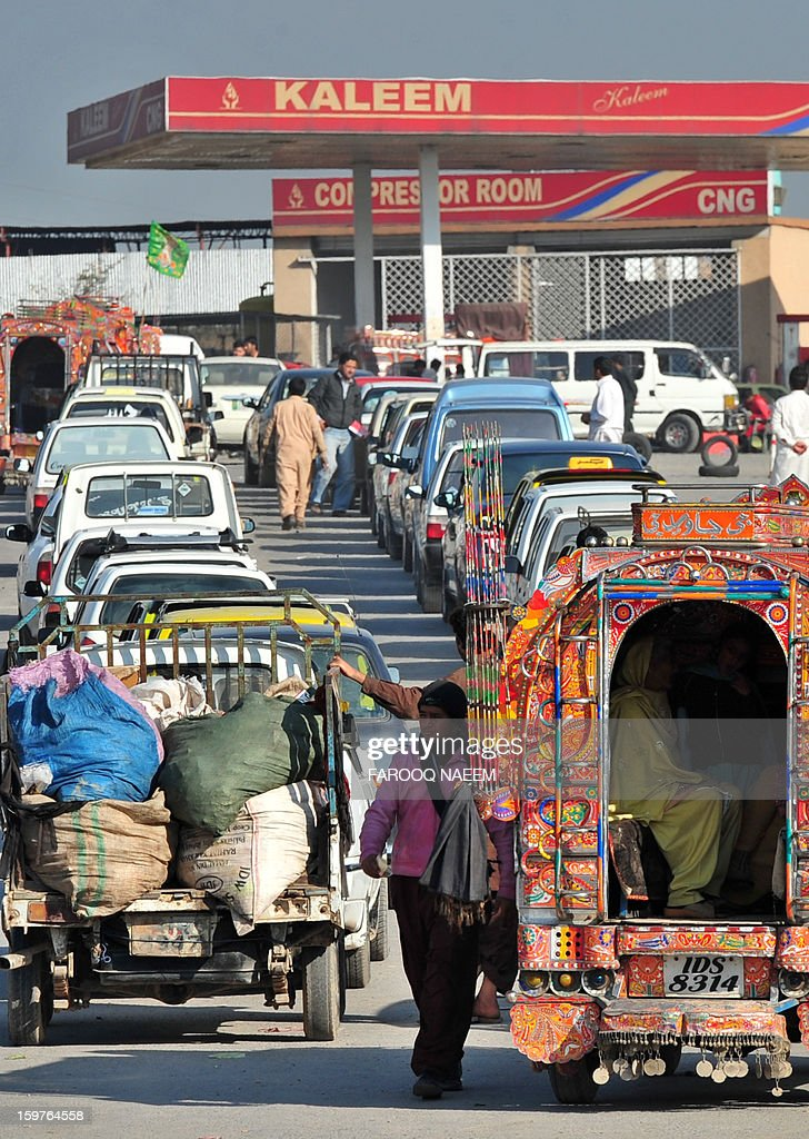 Pakistani motorists wait in line at a refuelling station in the outskirts of Islamabad on January 20, 2013. Pakistan has substantial natural gas reserves and in the past the government encouraged motorists to convert their cars to run on CNG in order to reduce dependency on imported oil. AFP PHOTO/Farooq NAEEM