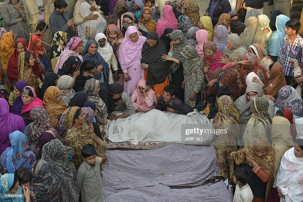 Pakistani mourners gather around bodies of victims of an accident where a tanker carrying gas collided with a car in Sheikhupura district in Pakistan's most populous Punjab province on February 10, 2016. Six schoolchildren were among at least 10 people killed when a fireball erupted as a tanker carrying liquefied petroleum gas (LPG) collided with a car in eastern Pakistan, engulfing surrounding vehicles, officials said. AFP PHOTO / ARIF ALI / AFP / Arif Ali