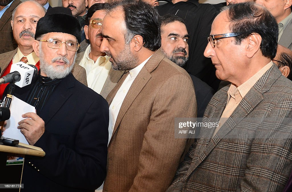 Pakistani Muslim cleric Tahir-ul Qadri (L) talks with ruling coallition leaders Qamar Zaman Kaira (C) and Chudahry Shujaat Hussain (R) at a press conference following a meeting in Lahore on January 27, 2013. Pakistan's government on Sunday said it would aim to announce a date for a general election within 10 days, following talks with a cleric who led a mass four-day protest in the capital. AFP PHOTO/Arif ALI
