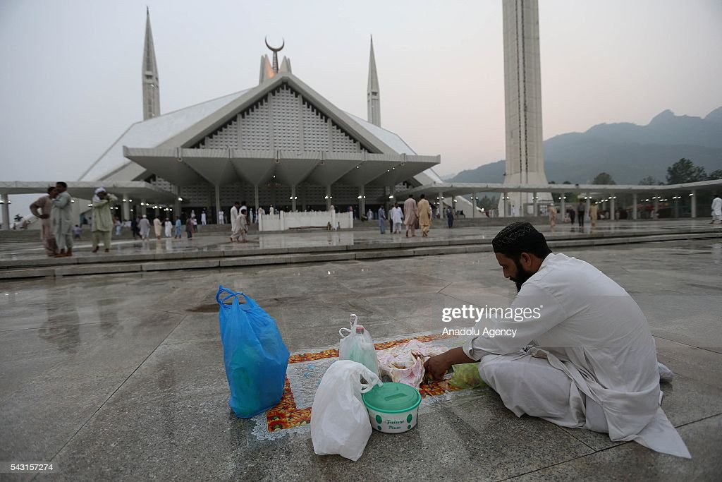 A Pakistani muslim waits for the Iftar time to break his fast during the holy fasting month of Ramadan at Faisal Mosque in Islamabad, Pakistan on June 26, 2016.