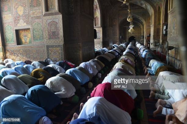 Pakistani Muslim worshippers offer prayers during the second Friday of the Muslim holy month of Ramadan in Lahore on June 9 2017 / AFP PHOTO / ARIF...