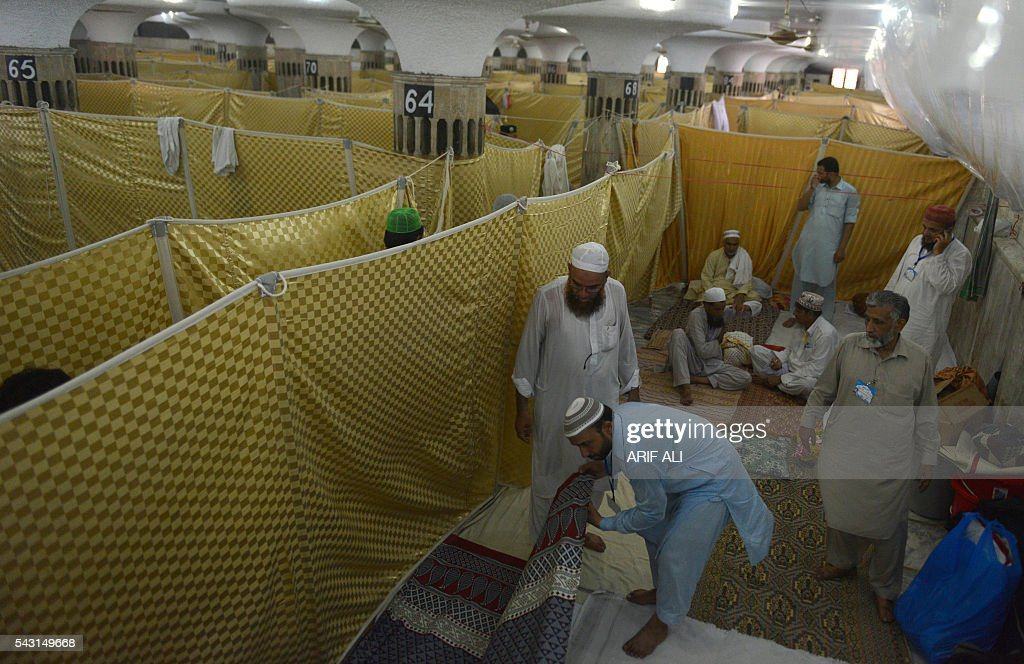 Pakistani Muslims gather on the start of Itikaf in a mosque in Lahore on June 26, 2016. Itikaf is a spiritual retreat in a mosque for men, usually held during the last 10 days of Ramadan and during which Muslims spend the evening and night in the mosque devoting their time to solitary prayers and reading the Koran. / AFP / ARIF ALI