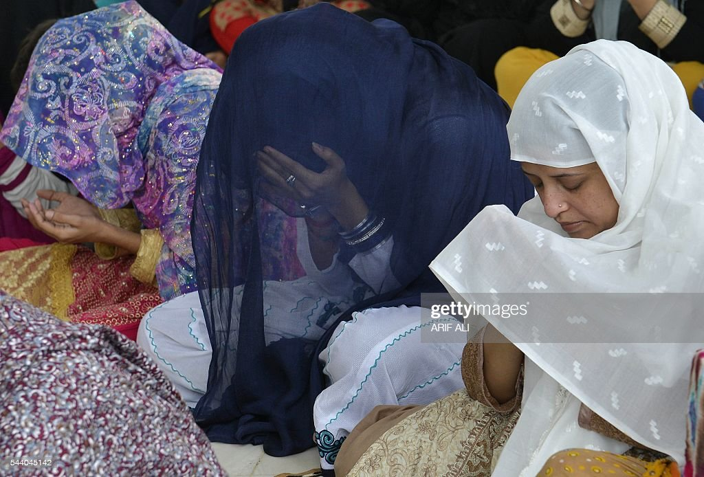 Pakistani Muslims offer Jummat-ul-Vida, the last congregational Friday prayers in the holy month of Ramadan, at the Data Darbar Mosque in Lahore on July 1, 2016. Muslim devotees took part in the last Friday prayers ahead of the Eid al-Fitr festival marking the end of the fasting month of Ramadan, which is dependent on the sighting of the moon. / AFP / ARIF ALI