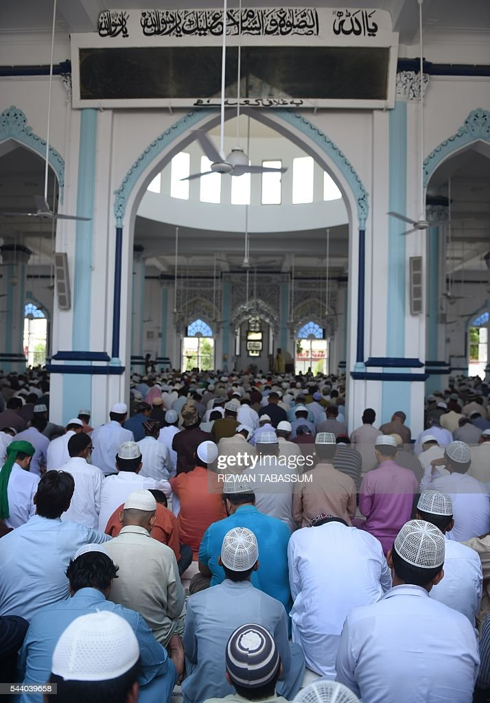 Pakistani muslims participate in Jummat-ul-Vida, the last congregational Friday prayers in the holy month of Ramadan at a mosque in Karachi on July 1, 2016. Muslim devotees took part in the last Friday prayers ahead of the Eid al-Fitr festival marking the end of the fasting month of Ramadan, which is dependent on the sighting of the moon. / AFP / RIZWAN
