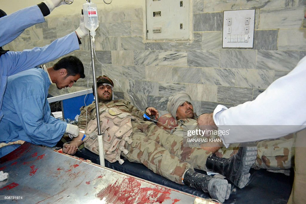 Pakistani paramedics give medical treatment to injured soldiers at a hospital following a bomb explosion targeting a security convoy in Quetta on February 6, 2016. A bomb blast struck a paramilitary vehicle and killed at least eight people and wounded more than 35 others in southwestern Pakistani city of Quetta, official said. AFP PHOTO / BANARAS KHAN / AFP / BANARAS KHAN