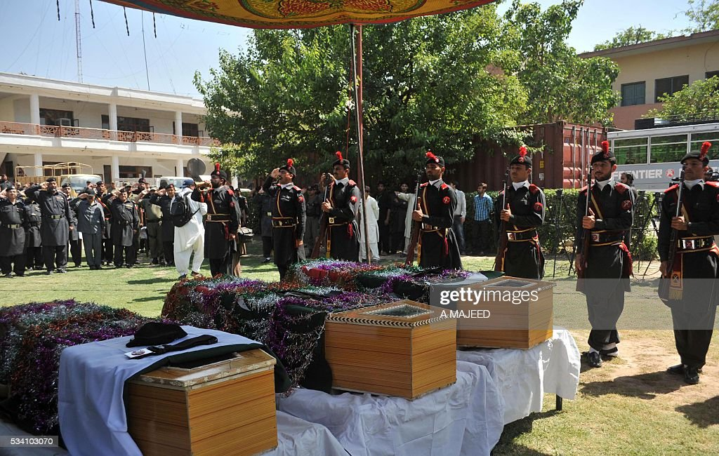 Pakistani paramilitary officers and soldiers attend the funeral of colleagues who were killed in an attack by gunmen in Peshawar on May 25, 2016. Gunmen killed three paramilitary soldiers after opening fire on their vehicle in Peshawar in Pakistan's insurgency-racked northwest, officials said. / AFP / A