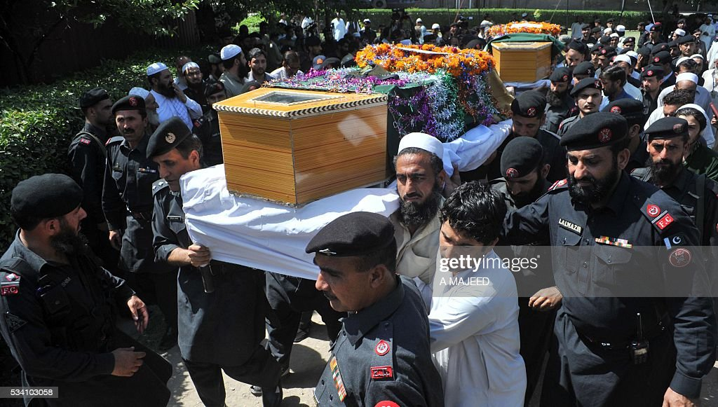 Pakistani paramilitary officers and soldiers carry the coffins of colleagues who were killed in an attack by gunmen during their funeral in Peshawar on May 25, 2016. Gunmen killed three paramilitary soldiers after opening fire on their vehicle in Peshawar in Pakistan's insurgency-racked northwest, officials said. / AFP / A