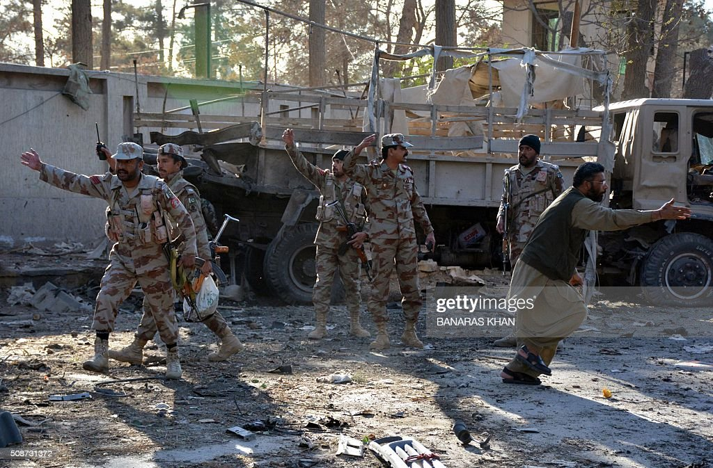 Pakistani paramilitary soldiers cordon off the site of a bomb explosion that targeted a security convoy in Quetta on February 6, 2016. A bomb blast struck a paramilitary vehicle and killed at least eight people and wounded more than 35 others in southwestern Pakistani city of Quetta, official said. AFP PHOTO / BANARAS KHAN / AFP / BANARAS KHAN