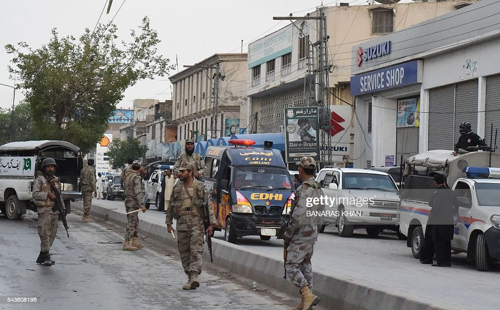 Pakistani paramilitary soldiers cordon off the site of an attack by gunmen on soldiers in Quetta on June 29, 2016. Gunmen on a motorcycle killed four paramilitary soldiers in the southwestern Pakistani city of Quetta on June 29, a day after four policemen were killed, officials said / AFP / BANARAS